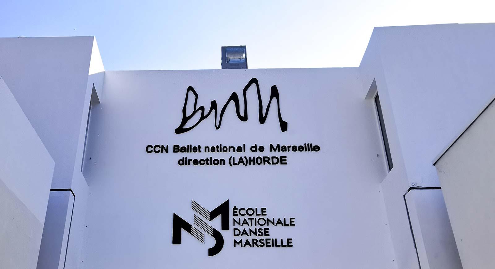 Logos bnm et endm sur mur entrée bâtiment